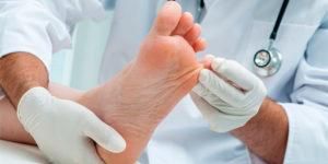 Médico verificando pé de paciente